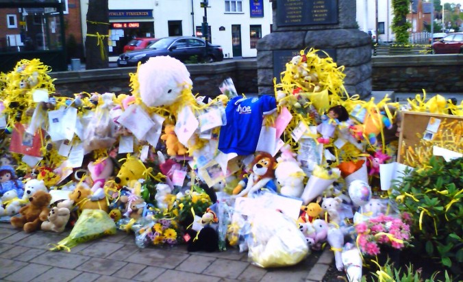 Tributes_for_Madeleine_McCann,_Rothley,_17_May_2007