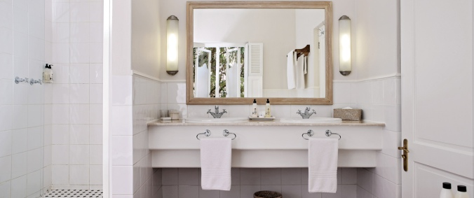 Hotel_-_Bathroom_1306x548
