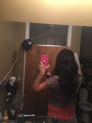 3FFA7E2300000578-4477594-Jones_even_took_selfies_of_herself_right_in_front_of_the_shower_-a-11_1494243455342